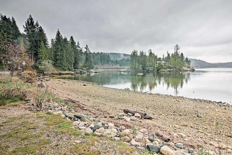 Caminar a sólo 2 minutos de recreo frente al mar en el Sechelt Inlet.