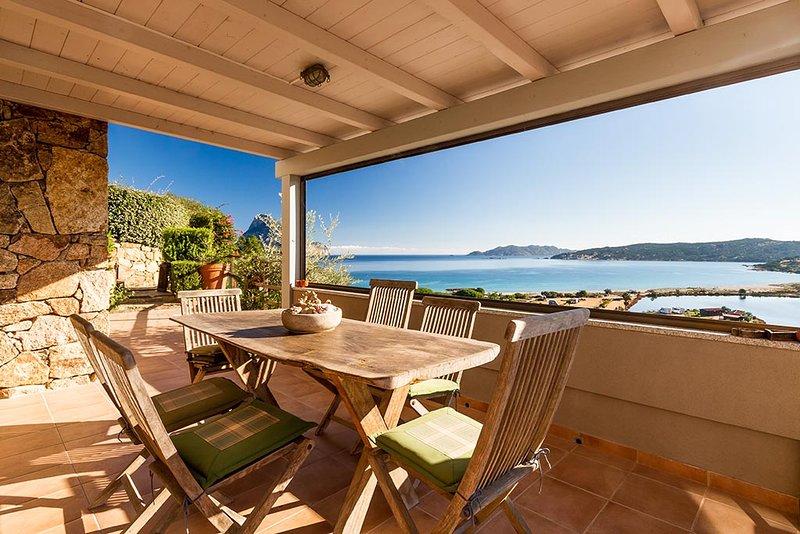 Stupenda vista a mt. 250 dalla spiaggia di Porto Taverna, vacation rental in Porto Taverna