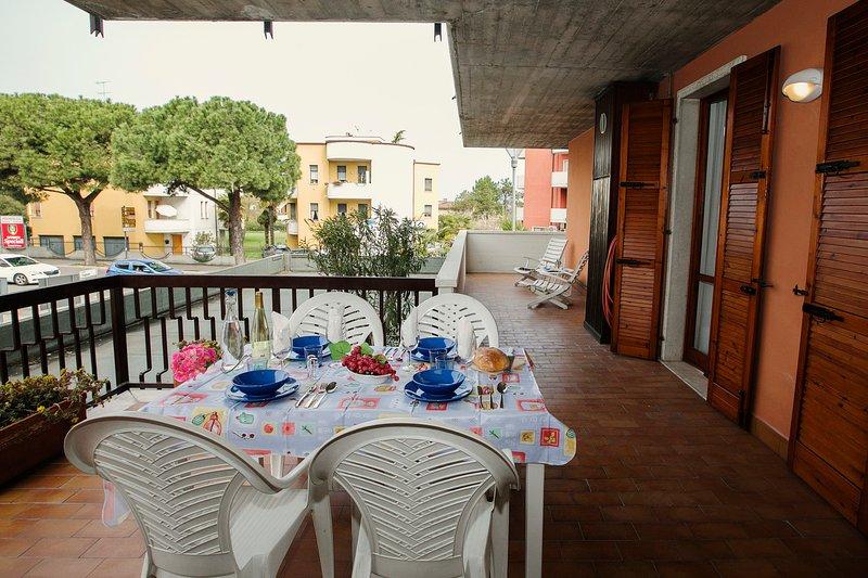 Grande terrasse pour manger en plein air avec vue sur le lac de Garde