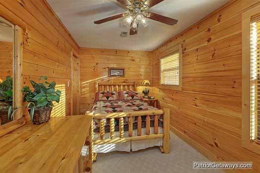 Chambre au deuxième étage avec Full Size Bed Pine Splendor