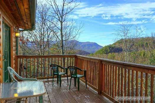 Terrasse avec table et chaises de patio à Pine Splendor