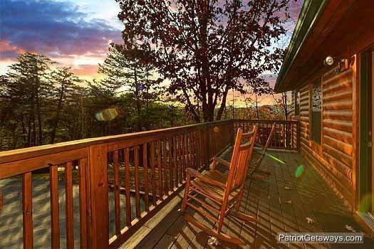 Pont arrière avec des chaises berçantes à Pine Splendor