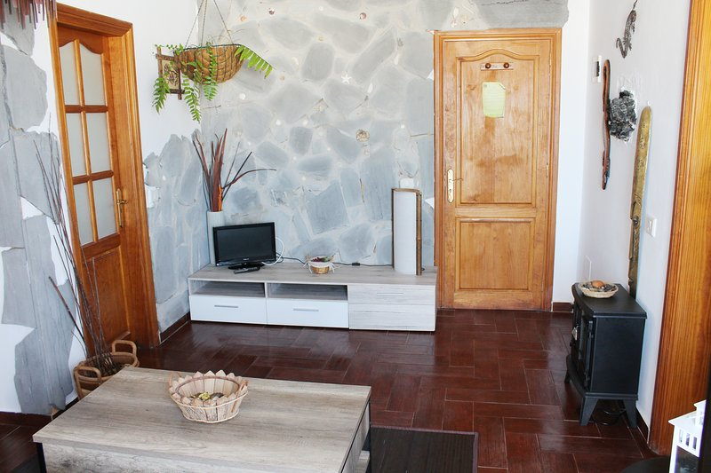 Bright apartment with pool and hot tube, holiday rental in Tinajo