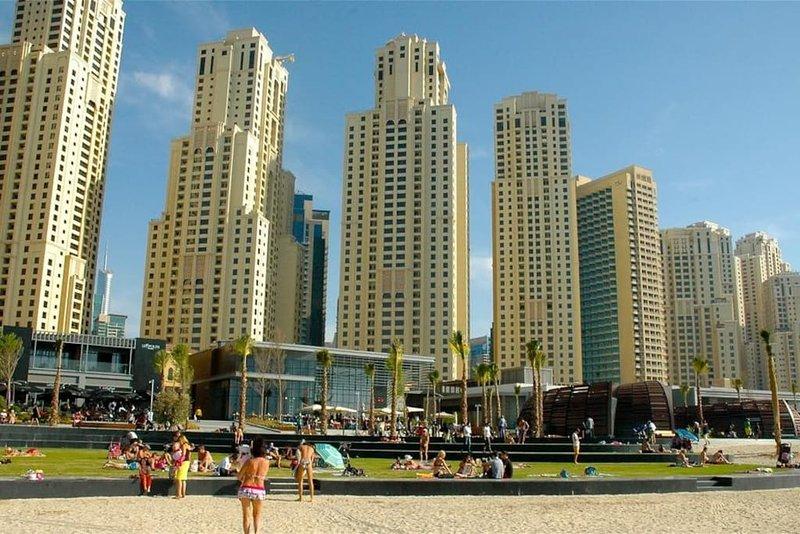 La vida en la playa está a un minuto de distancia del apartamento.