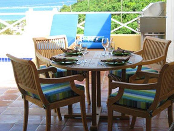 Cenar al aire libre en su terraza de la piscina pvviate