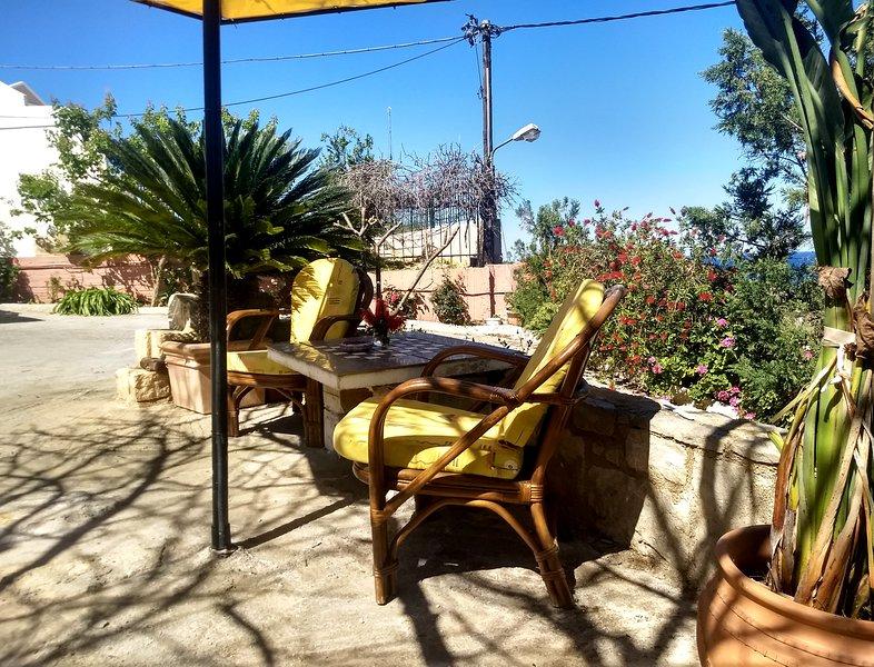 Cozy Apartment with Large Garden and Terrace, location de vacances à Stalos