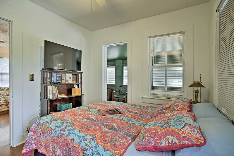 This nautically themed unit has enough space to comfortably sleep 3.