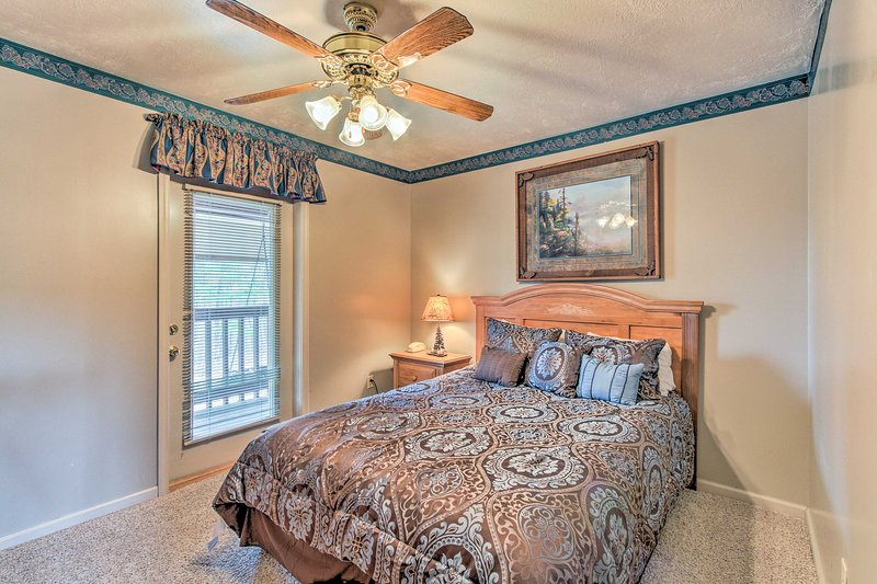 Sleep soundly on the queen bed in the second bedroom.