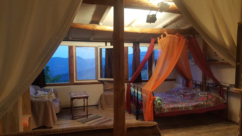 Art suite, breathtaking montain views, quiet and cosmic beautiful.Sun-300days, vacation rental in Smolyan Province