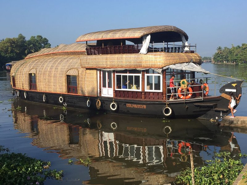 1 BEDROOM DELUXE HOUSEBOAT, holiday rental in Alappuzha