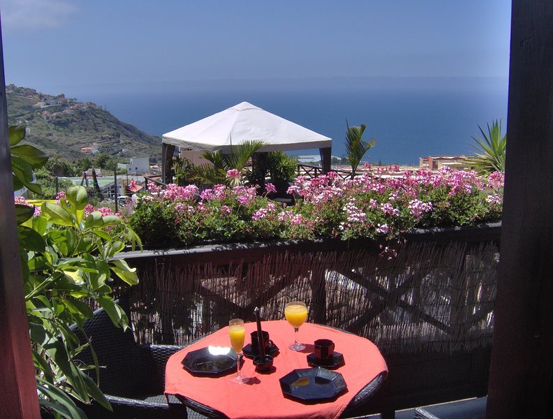 Modern holiday home with balcony with sea and mountain views no Teide-view, location de vacances à El Amparo