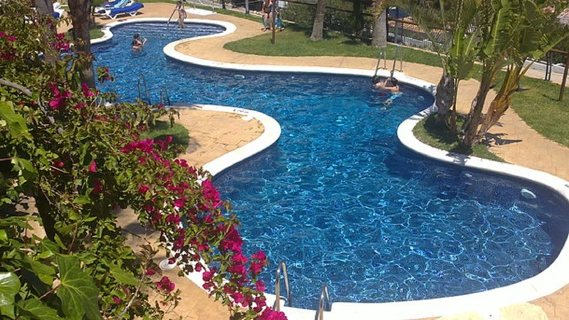 Panorama pool all year round open with free sun-beds.