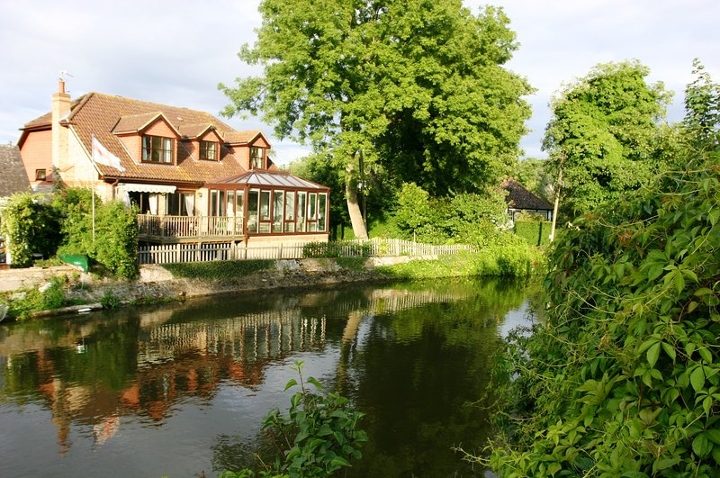Idyllic location of enchanting Pixie Place with views over the river Thames. Free parking, WiiFi.