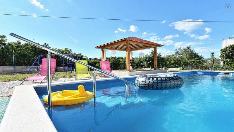Holiday House Nino with private pool, aluguéis de temporada em Slatine