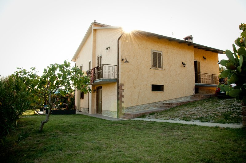 Casa lArcobaleno 3 holiday homes with pool, location de vacances à Civitella del Lago