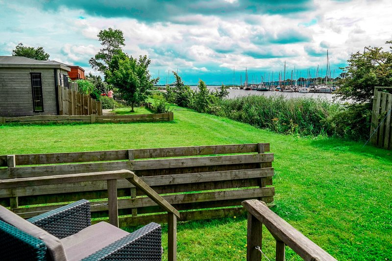 4 pers Mia Holiday home with lake view in front of the Lauwersmeer, holiday rental in Nes