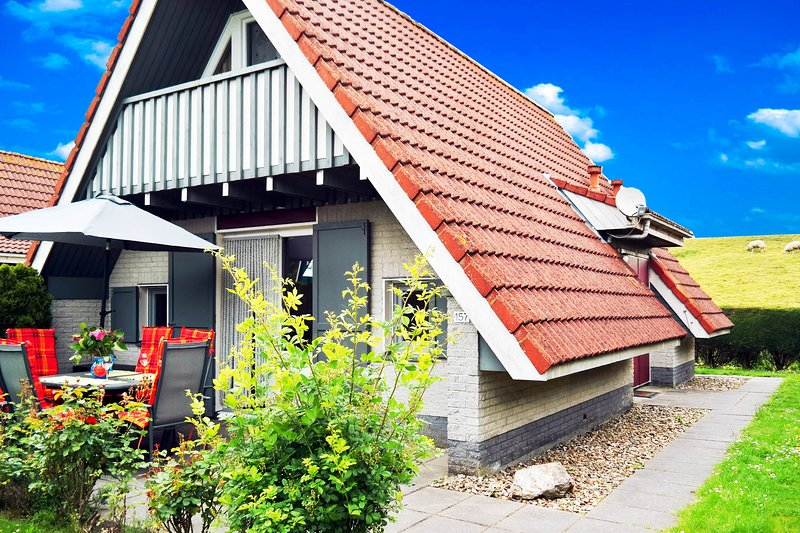 6 pers House with a private terrace behind a dike by the Lauwersmeer, Ferienwohnung in Anjum