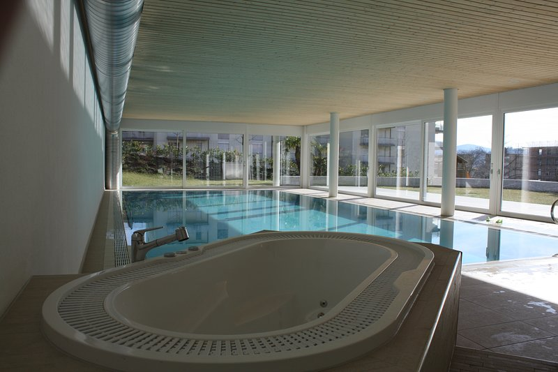 Indoor Swimming Pool, Sauna, Fitness, Private Gardens, Spacious Modern Apartment, holiday rental in Arosio