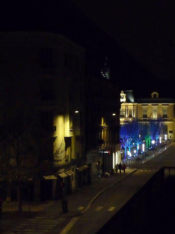 Vista lateral in situ del Hôtel-de-Ville desde el salón derecho