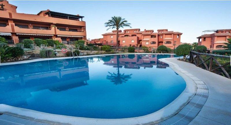 Amplio apartamento a 300m del mar: terraza, piscina, a/c, Wi-Fi, location de vacances à Estepona