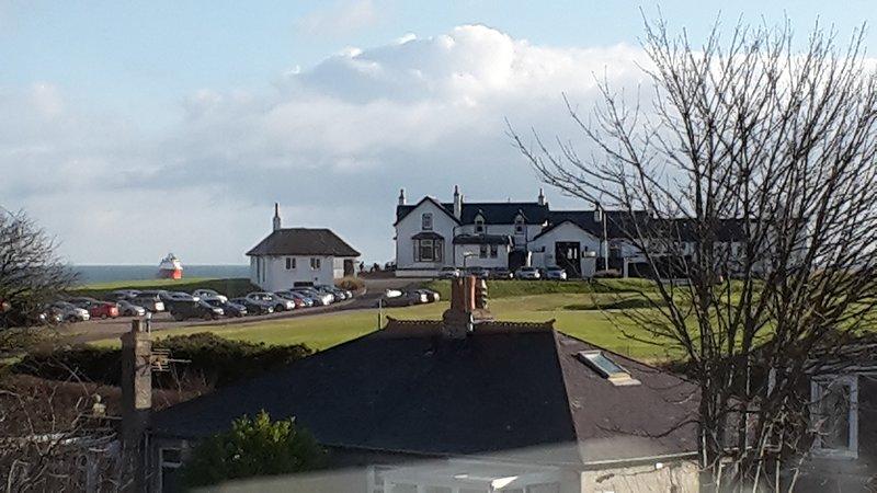 Met uitzicht op de Royal Aberdeen Golf Course en Sea aan de achterzijde van het pand