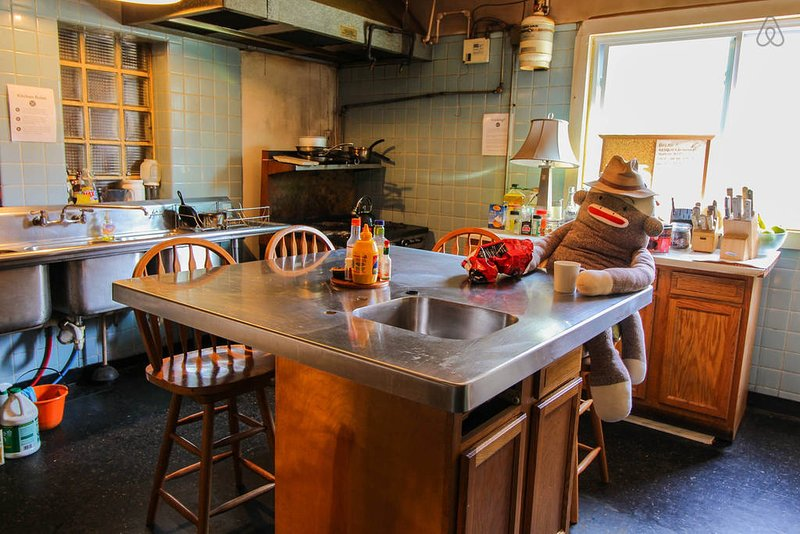 El área de la cocina, perfecta para vincularse con otros huéspedes mientras se cocina