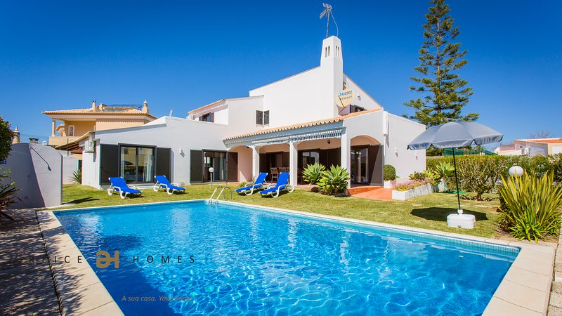 4 BEDROOMS VILLA FOR HOLIDAYS IN VILAMOURA/QUARTEIRA WITH FREE TRANSFER, vacation rental in Vilamoura