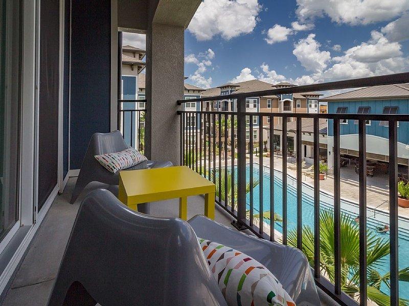 Eigen balkon met uitzicht op het zwembad