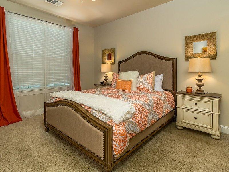 Master En-suite: Queen bed