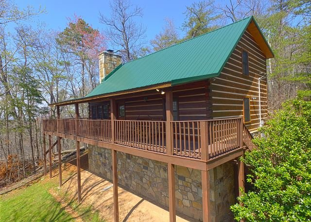 Secluded Gatlinburg Log Cabin with Incredible Views & Video Arcade Game Room!, vakantiewoning in Sevierville