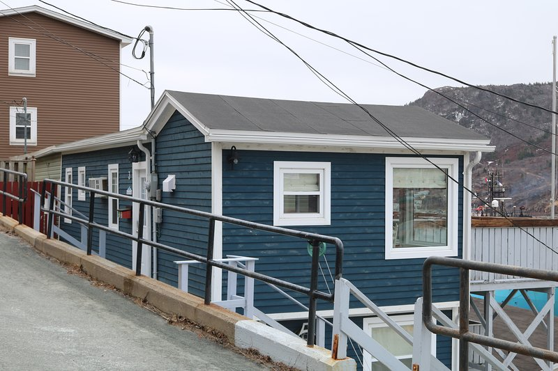Oceanfront 'Egg Down Cottage'  With Ocean, Harbour, City and Cliffside Views, holiday rental in Newfoundland and Labrador