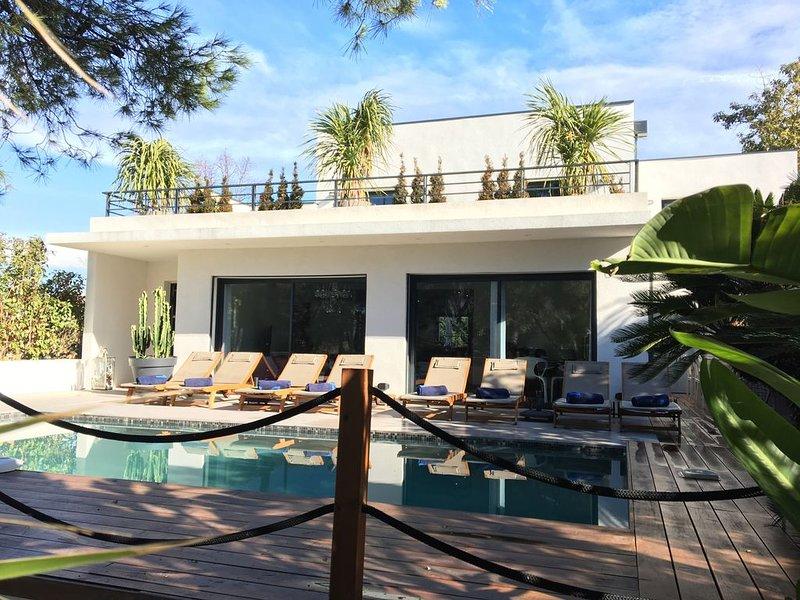 Magnifique Villa 4* à 5 mn à pied des plages ,restaurants,commerce ,piscine ,spa, aluguéis de temporada em Antibes