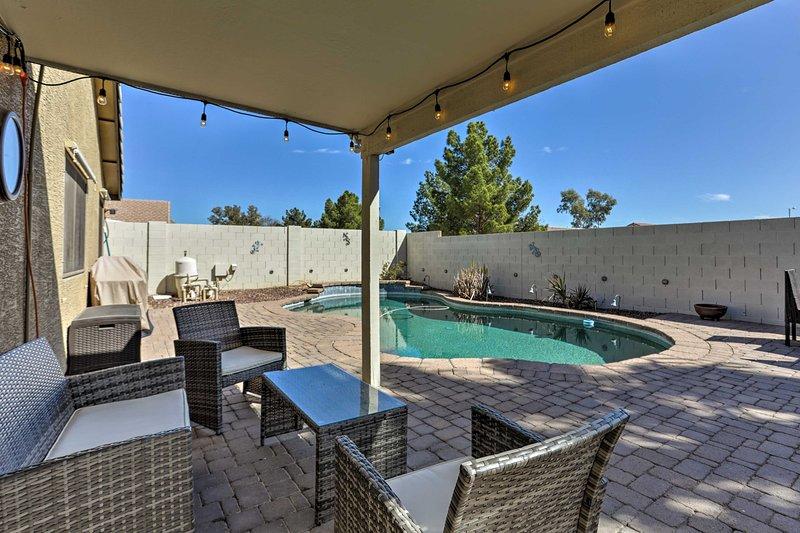 Entfliehen Sie dem sonnigen Arizona, indem Sie in diesem 3-Bett-Ferienhaus in Surprise übernachten!