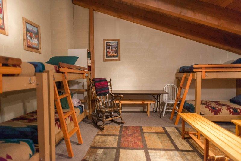 Knotty Pine-Bunk sala com seis gêmeos, mesa e área de estar
