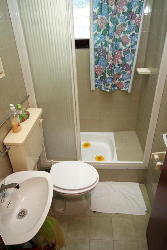Bathroom 2, Surface: 2 m²