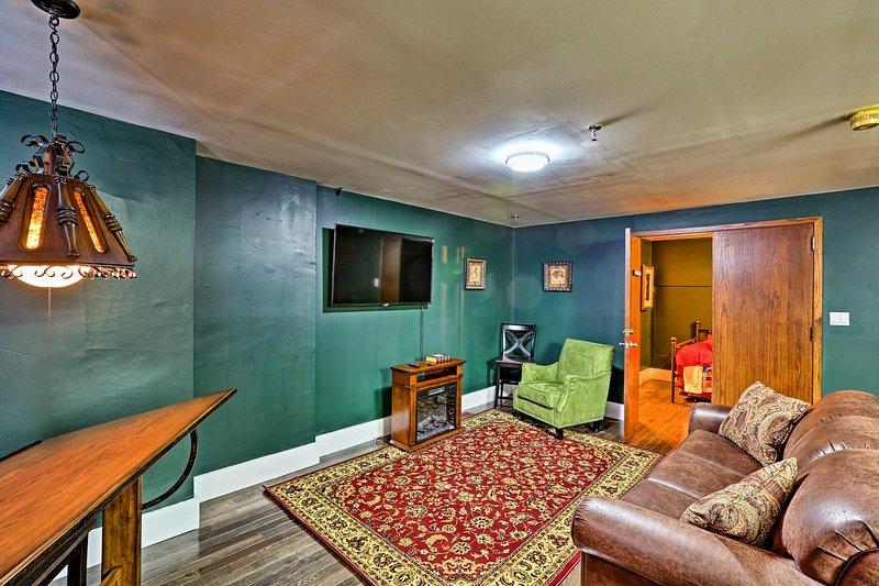 Entspannen Sie sich im 'Sherlock Holmes' Ferienwohnung Studio in der Innenstadt von St. Louis.