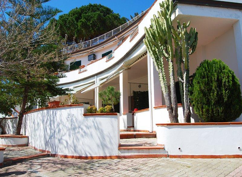 Appartamento vista mare in Villa Rubino, vacation rental in Le Cannella