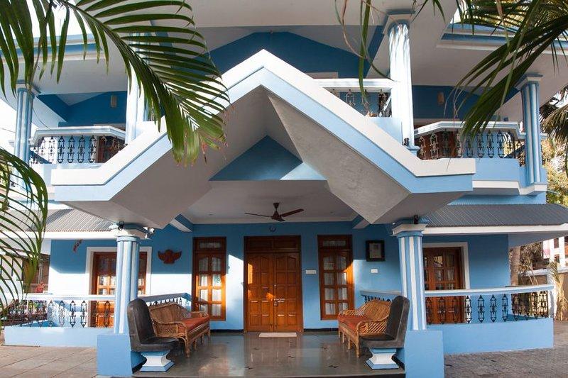 ITP-1: 4 BEDROOM LUXURY BEACH VILLA WITH SWIMMING POOL, holiday rental in Saligao