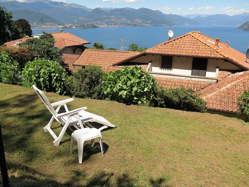 Thommy apartment in Stresa with wonderful lake view and garden, vacation rental in Vedasco