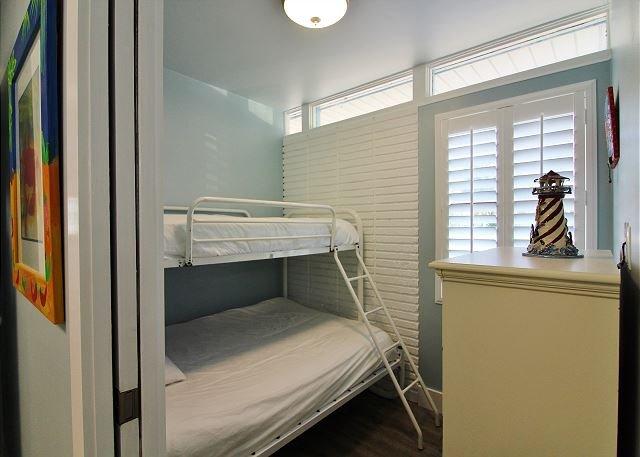 2 º dormitorio con literas, 1 completo y 1 cama doble