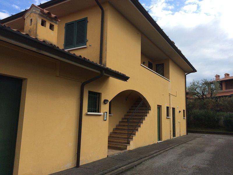 Accesso da strada privata Ci sono solo 2 appartamenti al primo piano;al piano  terra una banca e bar