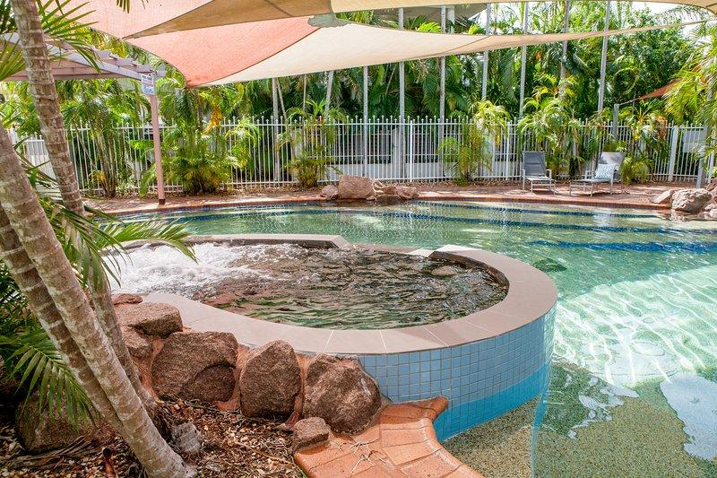 Deux chambres au rez unité étage, avec cour privée. complexe calme, piscine dans le complexe. En face de