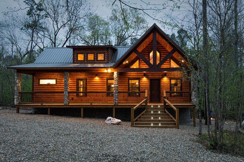8 Oaks - Mountain Retreat (1+ Bedrooms/1 Bath/Hot Tub, Sleeps 2), alquiler vacacional en Broken Bow