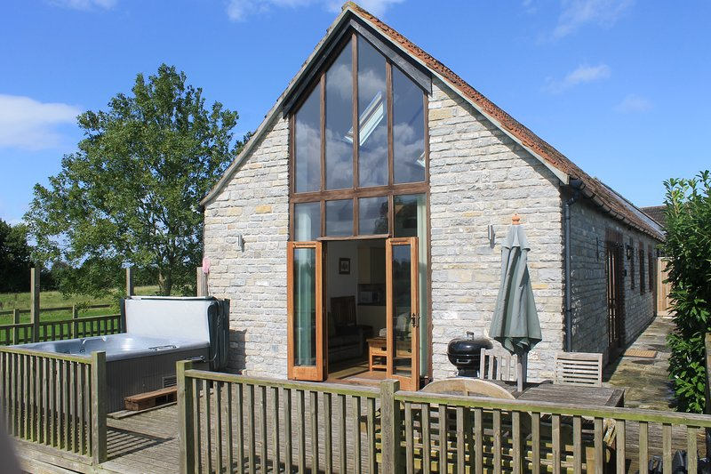 Lottisham Barn in a quiet rural location with exclusive use of your own Hot Tub, vacation rental in West Pennard