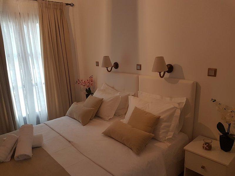 Beautiful 2 Bedroom Santorini Family Apartment, vacation rental in Kamari