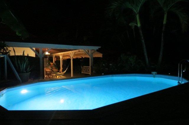 piscine por la noche