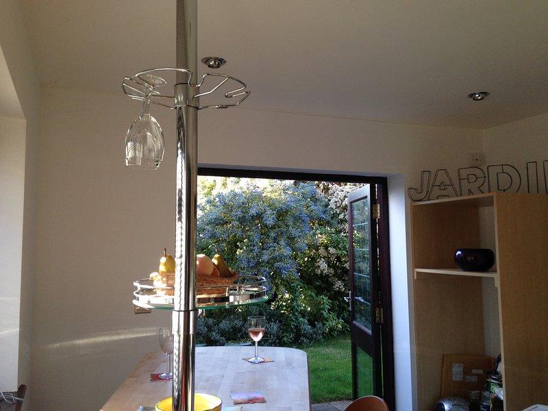 Terrassentüren führen direkt aus zum hinteren Garten von der Küche der 'Swing-Bar' ....