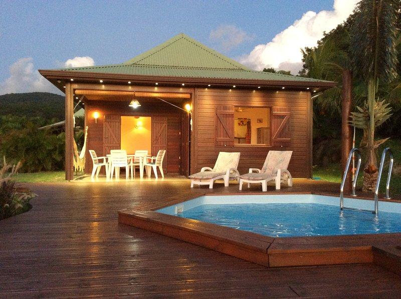 El sol se pone suavemente en la ágata, piscina y terraza privada