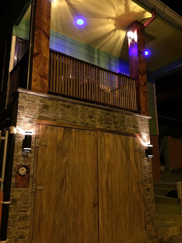 facciata esterna con garage e balcone