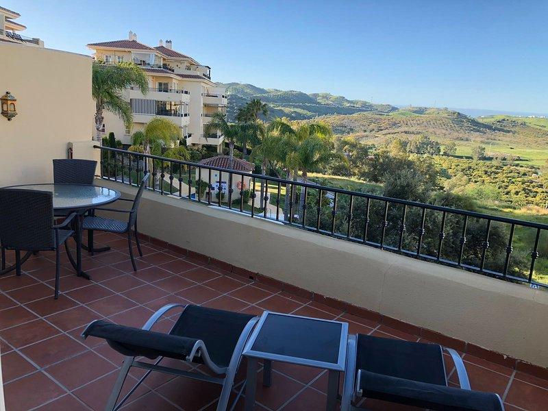 18M terraço varanda com vista para a piscina e jardins com mesa de jantar e espreguiçadeiras